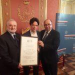 Odbiór certyfikatu UNESCO w MKiDN w Warszawie, na zdj. M. Kandzia i Z. Pawlak ze SMZT